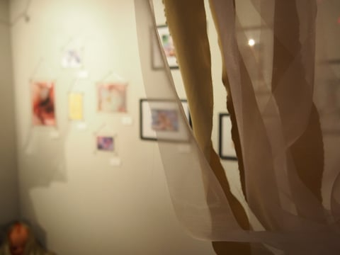 会場にはカーテンや電球を使った装飾が施されました